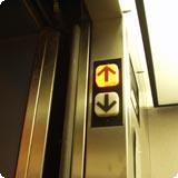 in_de_lift_omhoog